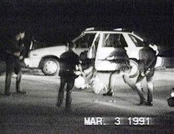 Policías apalean al afroestadunidense, Rodney King, en una intersección de Los Ángeles. Foto: awww.bc.news