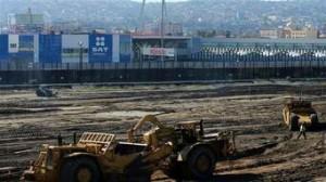 La construcción en el área alrededor del puerto de entrada de México a Estados Unidos continúa al lado de la pared de la frontera en San Ysidro, California. Foto: Reuters.