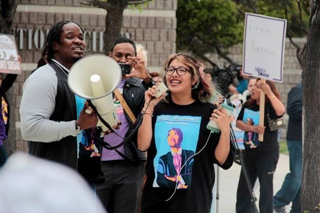 Joven caravanista dirige consignas frente al Richmond Detention Center, en San José, California.