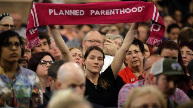 Una partidaria de Planned Parenthood en asamblea popular de un representante republicano. Foto: AP