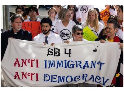 Protesta contra la ley SB4 o -show me your papers- en Texas, que se pregunta: ¿Qué sigue? Foto: Radio Rebelde.