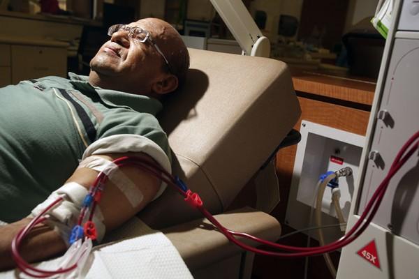 California, en 2014. La legislación propuesta requeriría de los centros de diálisis tener niveles mínimos de personal más frecuentes en el cuidado de los pacientes y los controles estatales. (Foto: CHL / Irfan Khan / Los Angeles Times a través de Getty Images)