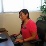 Dra. Dra. Sara Gámez trabajando en su oficina de Cal Poly Pomona.