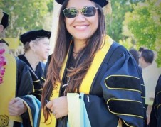Dra. Sara Gámez en la ceremonia de su graduación.
