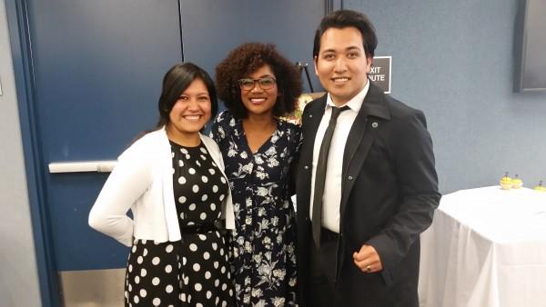 Joel Urzúa, exitoso joven creado en un hogar de crianza (foster home), acompañado de Adelina y otra joven también exitosas.