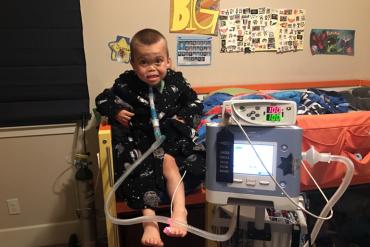 James McLelland se apoya en un ventilador para mantenese vivo cuando duerme por la noche. (Cortesía de la familia McLelland).