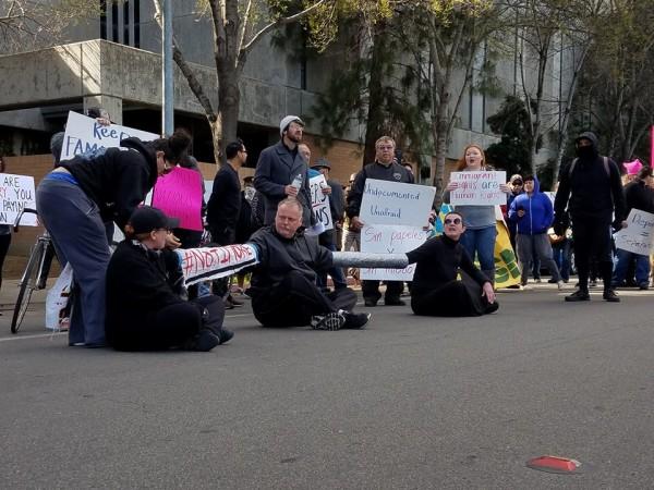 Marcha frente a la cárcel del Condado de la ciudad de Fresno, California. Foto: Fresno Peoples Media.