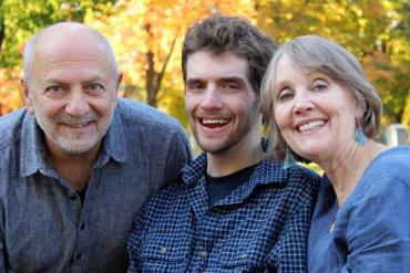 Renzo Viscardi (centro), fotografiado con sus padres, Anthony Viscardi y Cheryl Dougan, confía en el cuidado 24 horas de los ayudantes de la salud caseros. (Cortesía de Cheryl Dougan).