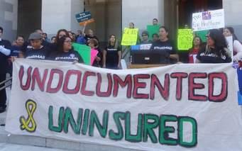 Estudiantes y organizadores de la comunidad abogaron con el Centro Laboral de UCLA por un proyecto de ley de salud, SB 1005, en una manifestación en Sacramento, California la semana pasada. Sus esfuerzos forman parte de una campaña para ampliar el acceso a la atención de la salud para los indocumentados. (California Immigrant Policy Center)
