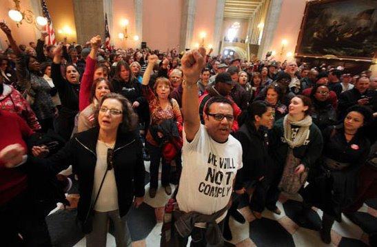 Inmigrantes protestan en el Capitolio de Ohio por las políticas de deportación. Foto provista por el inmigrante Rubén Castilla Herrera para thehill.com
