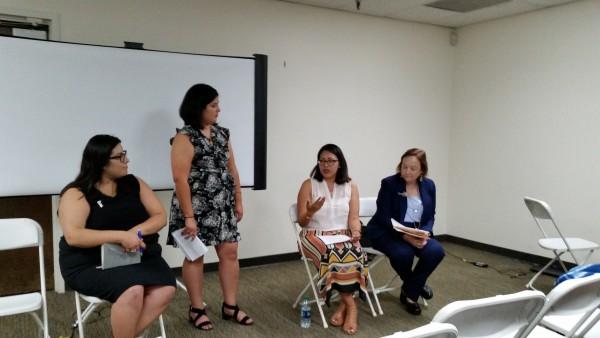 Al centro, de pie, Carolina Gamero, MC del evento, sentada a su izquierda y  moviendo las manos, Betzabel Estudillo, Directora del Proyecto de Políticas de Salud del CIPC.