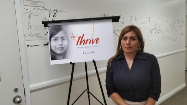 Deissy, mamá de Isabella, con el cartel del documental que narra su historia.