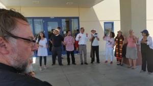 Religiosos cantan y leen los nombres de los detenidos frente a entrada de la prisión de Adelanto y prometen regresar.