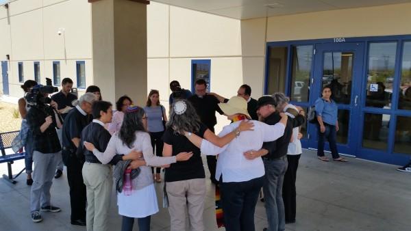 Grupo de religiosos de Los Ángeles, rezan frente a entrada de cárcel de Adelanto.