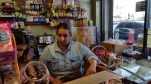 María Legorreta atiende su pequeño negocio en Huntington Park, desde donde cuando menos maneja 10 horas a las semana para visitar a su marido preso.