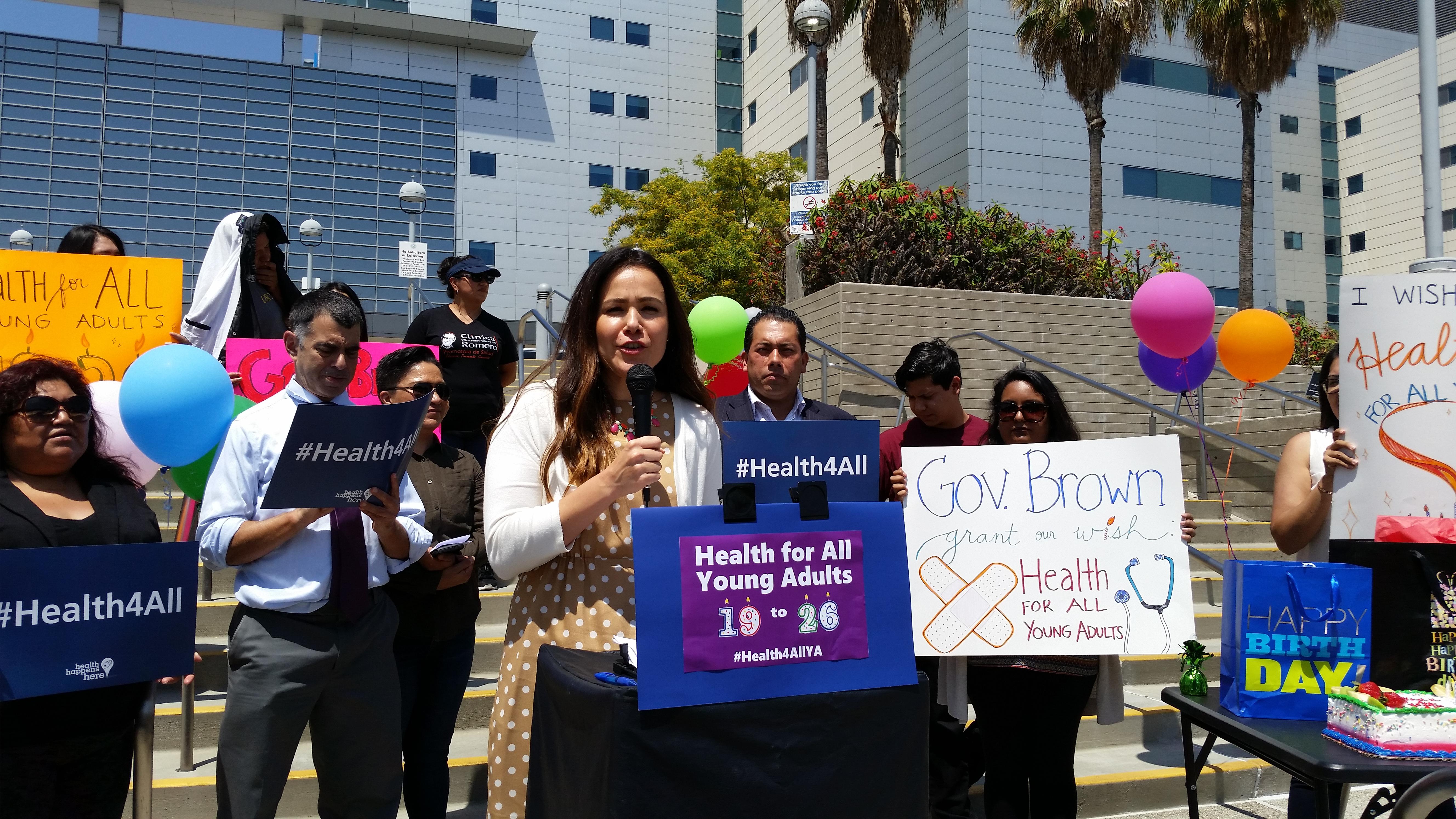 Mayra Álvarez, Presidenta de The Children Partnership, frente hospital general de Los Ángeles.