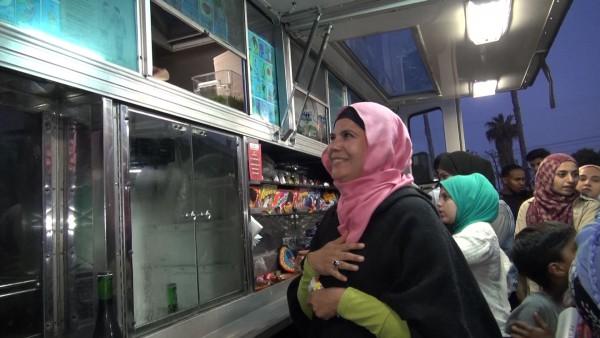 Sonia García rompiendo el ayuno posterior al Ramadám, en San Diego, CA.