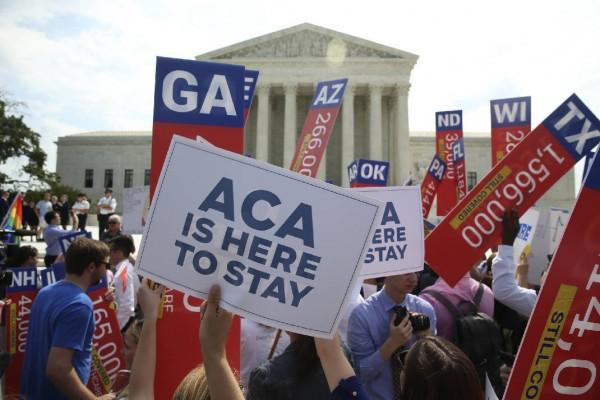 Multitud reunida a las afueras de la Suprema Corte en DC luego de el máximo tribunal estableciera que ACA es un derecho. Foto: Times Free Press.