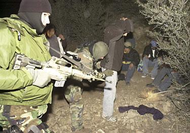 Agentes del Servicio de Parques Nacionales capturan a unos 15 migrantes indocumentados. Foto: latinamericanstudies.org