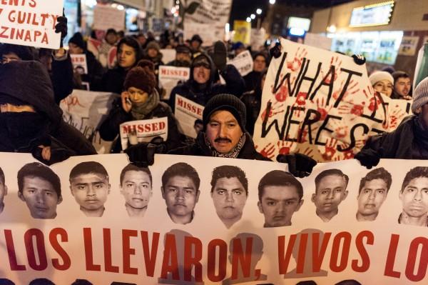 En el Día Internacional de la Solidaridad con manifestantes protestan en Chicago por la falta de esclarecimiento en la desaparición de los 43 estudiantes de Ayotzinapa. Foto: Chicago Reporter.