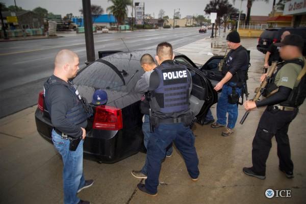 Arresto de un inmigrante por agentes de ICE. Foto: NYT.