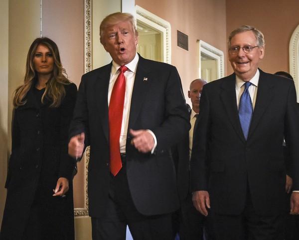 El presidente Trump y Melania su esposa, junto con el senador republicano Mitch McConnell en Washington, DC. Tras una reunión sobre el plan de salud. Fotyo: http://www.pennlive.com