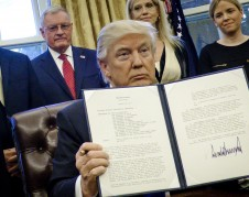 El presidente Donald Trump, alardeando tras firmar una orden ejecutiva contra los refugiados inmigrantes.