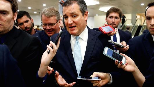 El senador Ted Cruz (R-TX) habla a los periodistas después de que los republicanos del Senado revelaran su versión de la legislación que reemplazaría a Obamacare en el Capitolio en Washington, DC el 22 de junio de 2017. Foto: Reuters.
