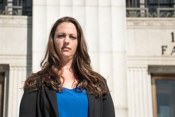 Rebecca Binsfeld, quien sufre de lupus, es una de los cinco demandantes individuales nombrados en la demanda. Ella y su esposo, otro demandante, dicen que experimentaron retrasos en la atención. (Kim Rescate / SEIU-UHW)