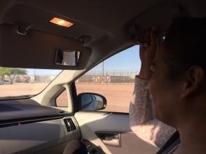Karyna se dirige al centro de detención de Inmigración, y platica animadamente durante el viaje.