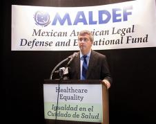 Tom Sáenz, presidente de MALDEF y abogado jefe, habla en una conferencia de prensa en Los Ángeles el 12 de julio. (Cortesía de SEIU-UHW).
