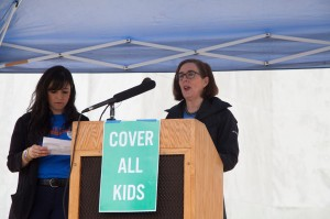Gobernadora de Oregon, Kate Brown, respalda la cobertura para todos los niños de su estado.
