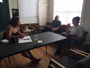 Karyna Rodríguez Jaramillo habla con Paloma Domínguez e Italia Miranda, integrantes de TQP durante una reunión para repasar una presentación que darán juntas sobre