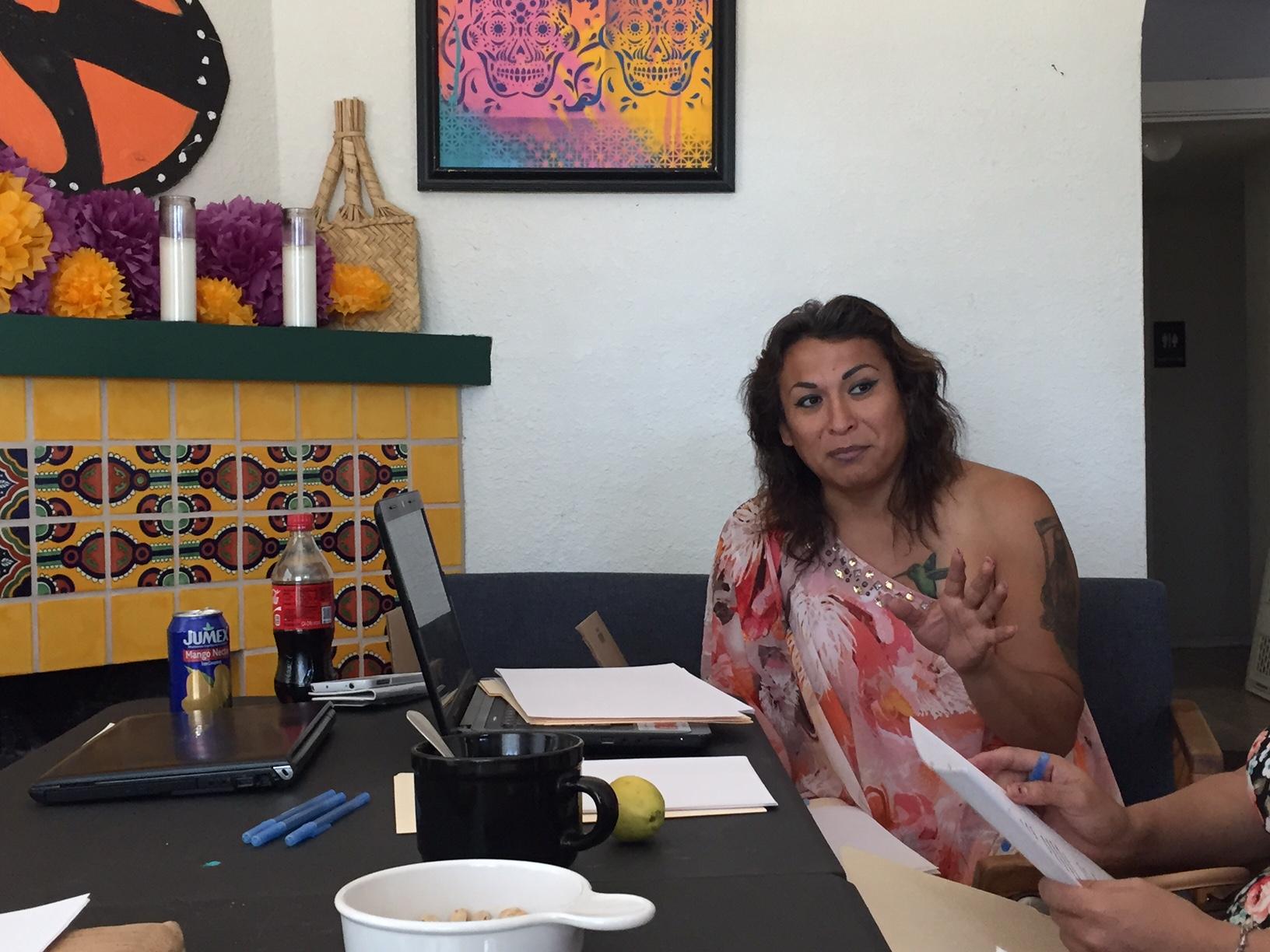 Durante un entrenamiento encabezado por Karyna Rodríguez Jaramillo en una clínica legal, un grupo de personas de la comunidad LGBTQ aprende de una abogada sobre qué opciones legales pueden tener disponibles para ajustar su situación legal en el país.