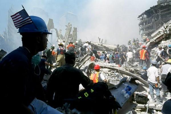Inmigrantes durante las tareas de limpieza de los escombros tras los ataques terroristas del 11 de septiembre de 2001 en el Centro financiero de la Ciudad de Nueva York. Foto: dailynews.com