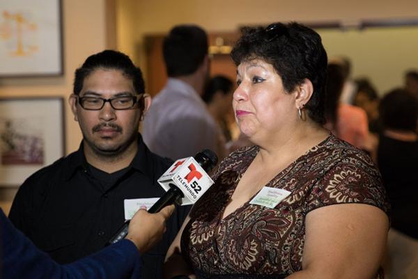 Los demandantes Analita Jiménez Perea y su hijo, Saúl, hablan en Los Ángeles sobre la demanda de MALDEF, que alega que la atención proporcionada por el Medi-Cal es deficiente y perjudica desproporcionadamente a los latinos. (Mike Chávez / SEIU-UHW).
