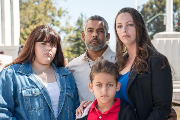 Entre los demandantes están Rebecca Binsfeld, a la derecha, y su esposo, Carlos de Jesús, centro, en la foto con sus hijos. Binsfeld sufre de lupus y De Jesús tiene dolor de espalda crónico. (Kim Rescate / SEIU-UHW).
