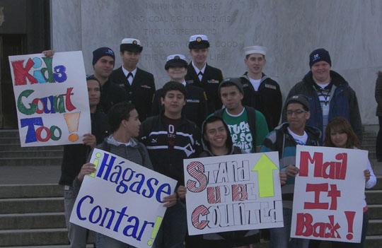 Los estudiantes de secundaria muestran su entusiasmo y apoyo al Censo 2010 en los pasillos del Capitolio en Salem, Oregon. Más de 860 personas menores de 18 años viven en Oregón. Foto: Censo.