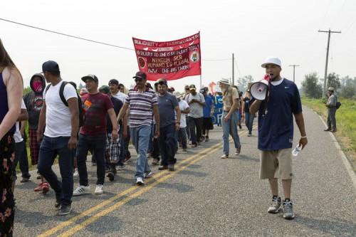 Trabajadores agrícolas y sus partidarios caminan por la muerte de un trabajador de la granja durante el fin de semana, a lo largo de las carreteras del telégrafo y de la roca cerca de Sumas, al sitio de las granjas de Sarbanand el martes por la tarde. Foto: Ashley Hiruko / Lynden Tribune.