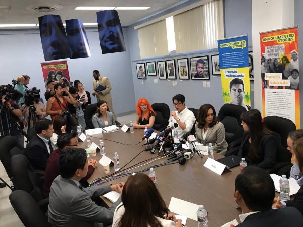 La senadora demócrata por California, Kamala Harris se reúne con líderes de CHIRLA y otras organizaciones defensoras de DACA para discutir la defensa de este programa en la ciudad de Los Ángeles.
