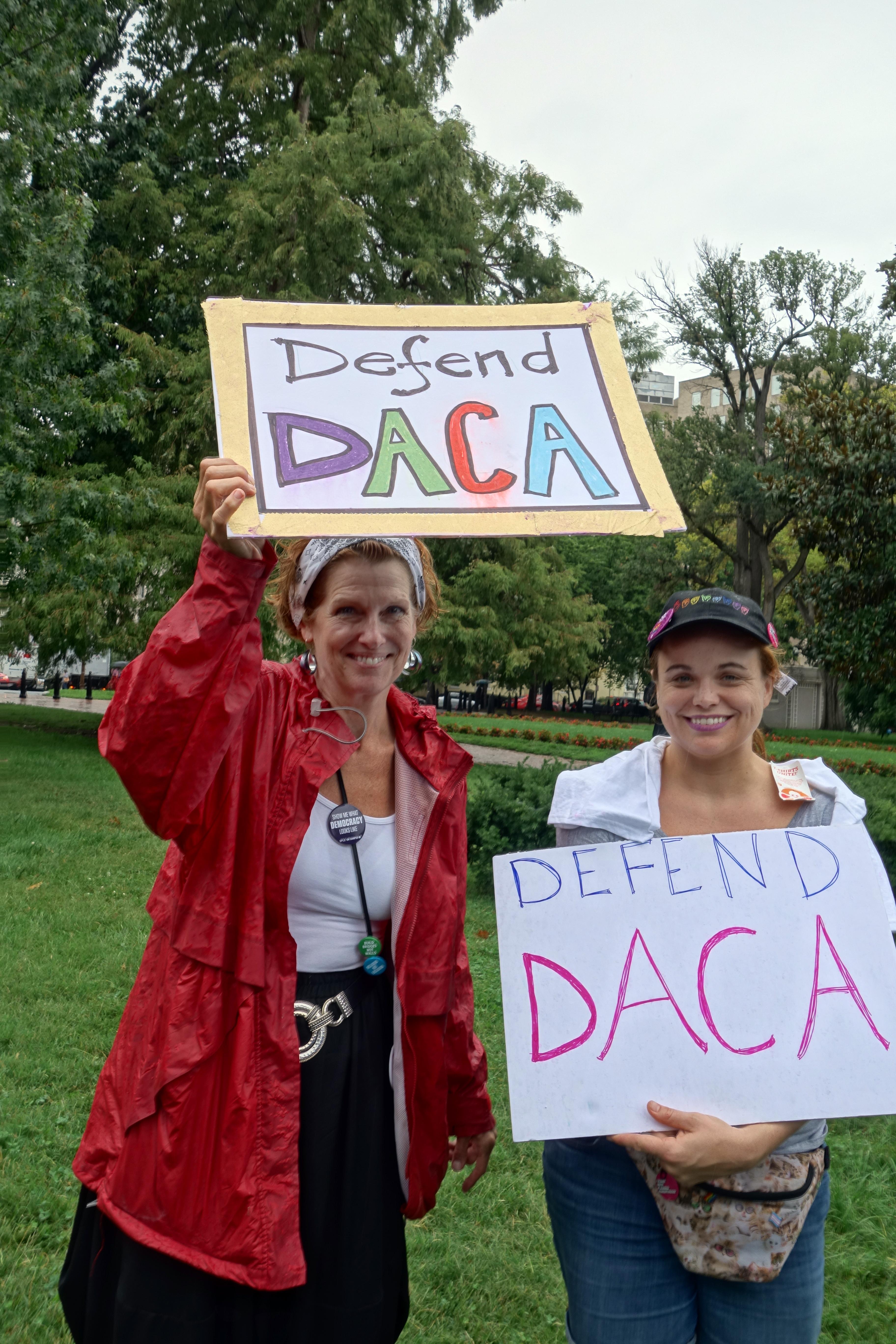 Manifestantes en la protestas de Washington, DC, demandan también proteger DACA.