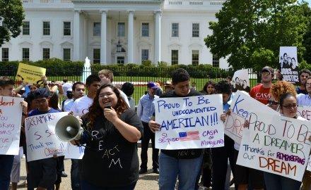 Durante una manifestación de los 'soñadores' el 21 de enero de 2017 frente a la Casa Blanca en Washington, DC. Foto: Raw Story.