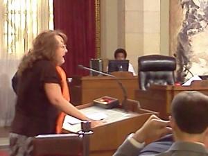Elena Popp, Directora de la Red de Defensa contra Desalojos, defendiendo a los inquilinos en el concilio de Los Ángeles.