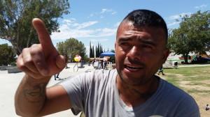 Javier Calderón Pantoja, jornalero agrícola rehabilitado, apoya a los jóvenes de Arvin y les canta.