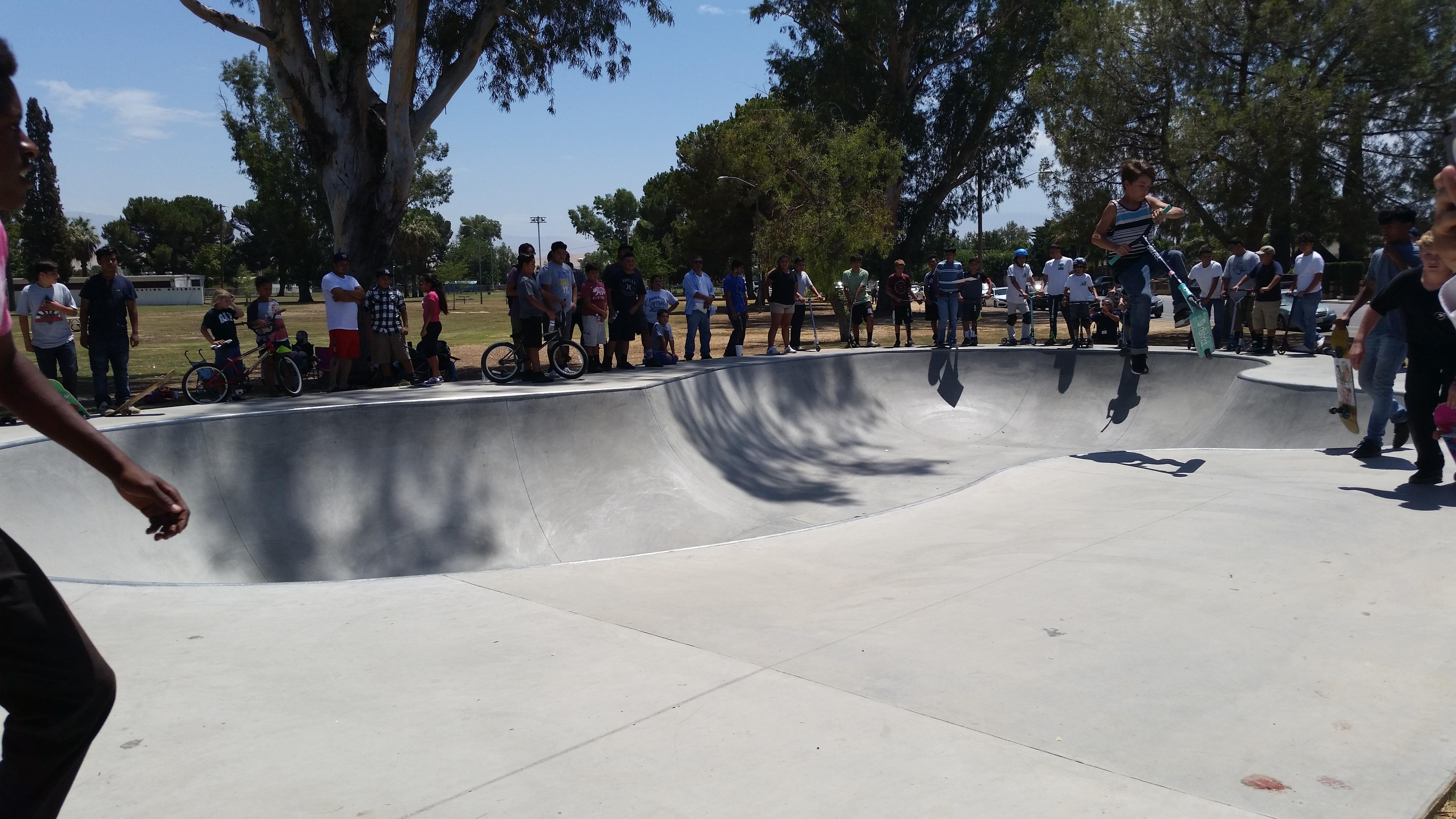 Jóvenes de Arvin y  otros poblados disfrutan de su pista de patinaje.