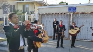Mariachis cantan frente a edificio de apartamentos que con un excesivo aumento de renta quieren desalojar a los inquilinos.