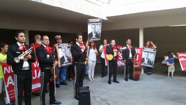 Mariachis en mitin, en el patio del edificio de apartamentos denuncian los aumentos excesivos.