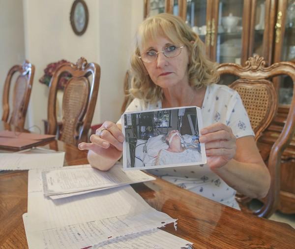 Elizabeth Mulikin tiene una fotografía de su hermana, Edie Preller, en el Kaweah Delta Medical Center en Visalia, mientras luchaba contra la fiebre del valle. Preller se enfermó por primera vez en octubre de 2005, pero fue mal diagnosticado hasta dos años más tarde. Ella falleció el 18 de mayo de 2008. Foto: Henry A. Barrios / The Californian
