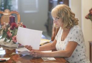 Elizabeth Mulikin revisa los papeles y otros artículos de su hermana, Edie Preller, lucha con la fiebre del valle. Foto: Henry A. Barrios / The Californian