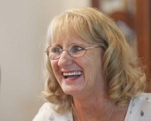 Elizabeth Mulikin sonríe cuando recuerda a su hermana Edie Preller que murió de fiebre del valle. Foto: Henry A. Barrios / The Californian